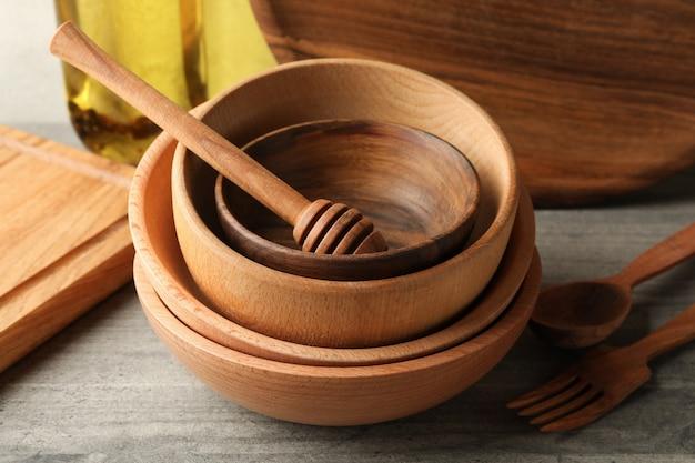 Verschillende houten keukengerei op grijze tafel