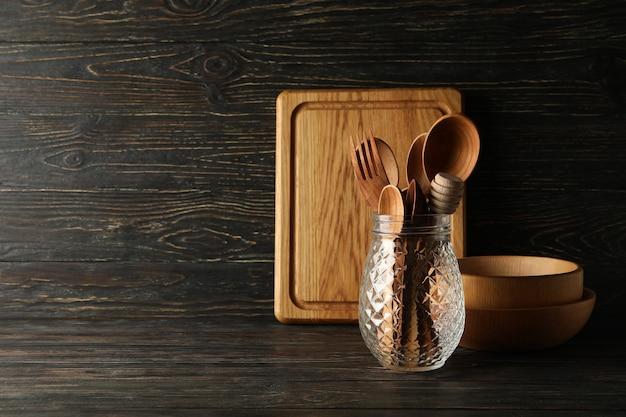 Verschillende houten keukengerei op houten achtergrond