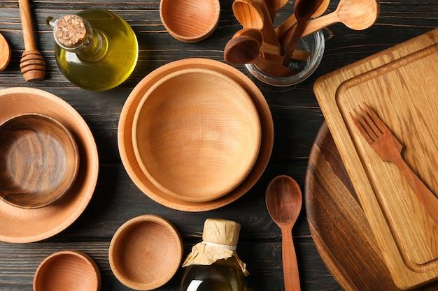 Verschillende houten keukengerei op houten tafel