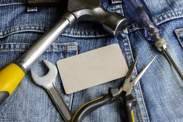 Verschillende hulpmiddelen op een zak voor denimwerkers