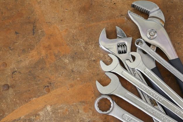 Verschillende hulpmiddelen op rustieke houten aanrecht, kopie ruimte achtergrond