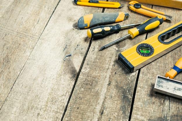 Verschillende hulpmiddelen van de bouw ingesteld op een houten bord