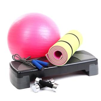 Verschillende hulpmiddelen voor fitness op wit wordt geïsoleerd