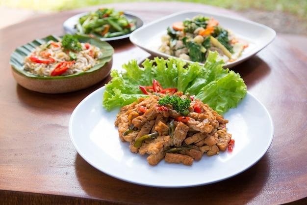 Verschillende indonesische gerechten op een tafel
