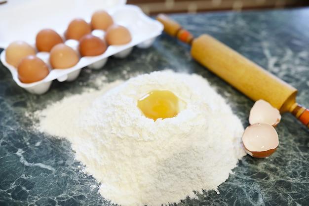 Verschillende ingrediënten voor het bereiden van meelproducten op de keukentafel