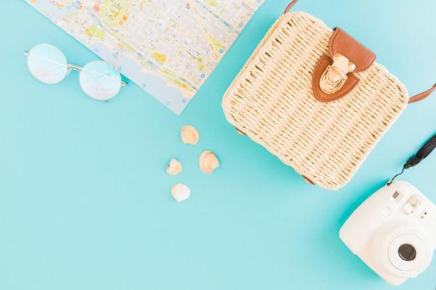 Verschillende items om te reizen op blauwe achtergrond