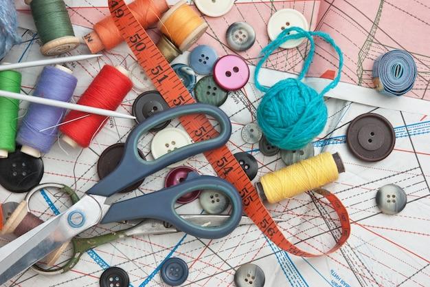 Verschillende items voor handwerk op het achtergrondpatroon