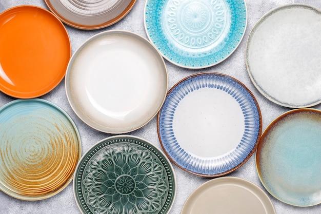 Verschillende keramische lege borden en kommen.