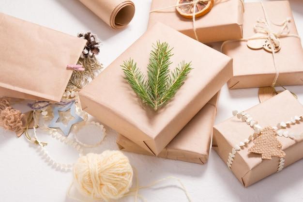 Verschillende kerst geschenkdozen in eco vriendelijke stijl op een witte achtergrond