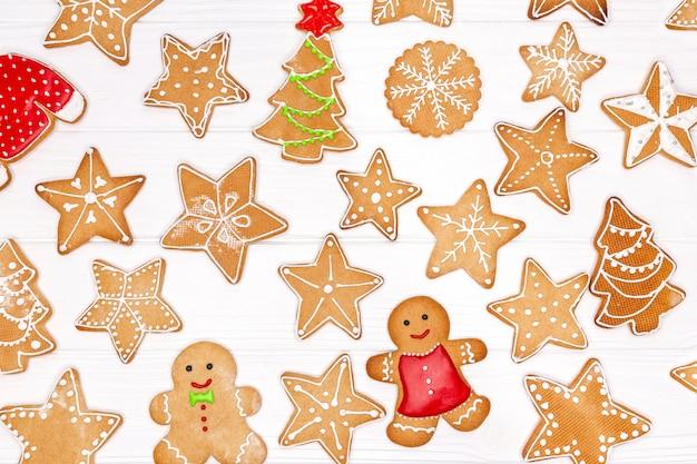 Verschillende kerstkoekjes geïsoleerd op wit