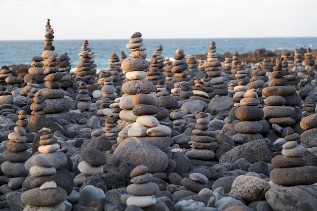 Verschillende kiezels gestapeld in een strand