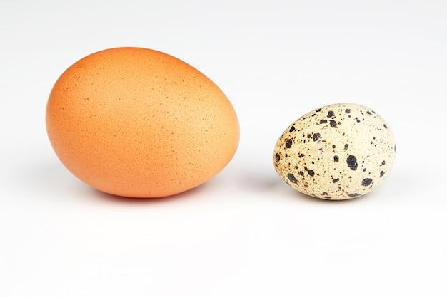 Verschillende kippeneieren op een wit