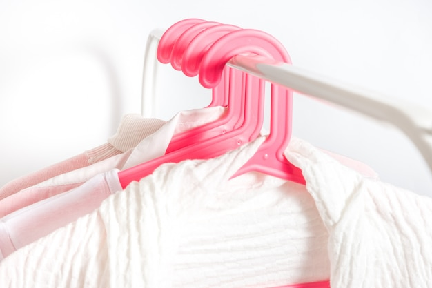 Verschillende kleding op een hanger, lifestyle concept