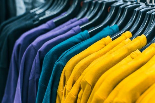 Verschillende kleding op hangers close-up