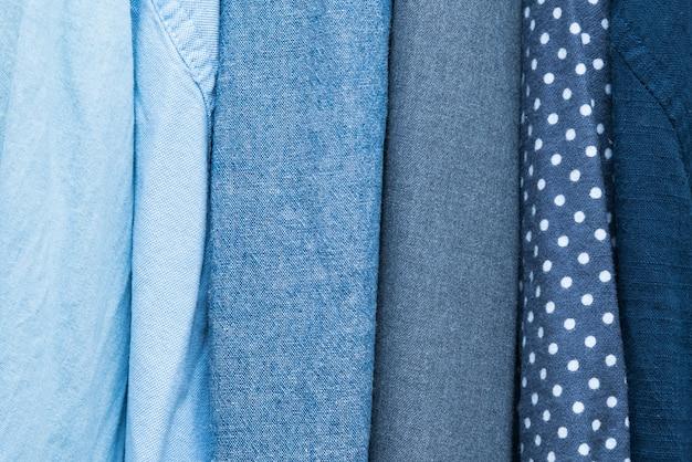 Verschillende kledingtexturen van fijn hemddoek bij een kleermakerij.