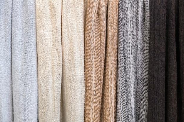 Verschillende kledingtexturen van fijne stof bij een kleermakerij