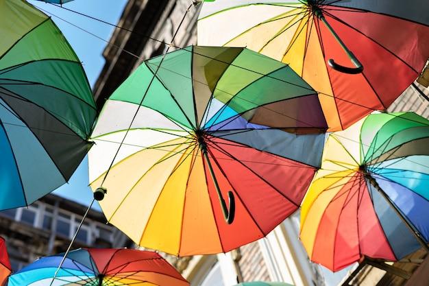 Verschillende kleur paraplu's zonder toeristische straatdecoratie
