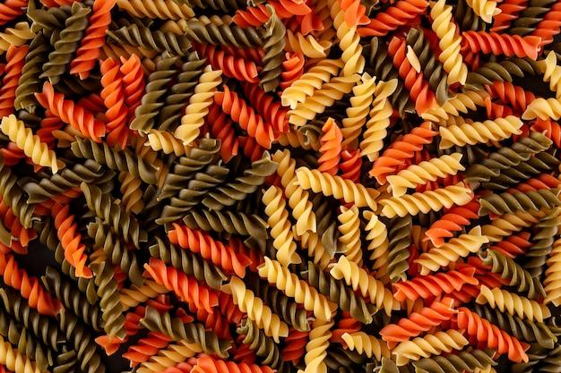 Verschillende kleuren fusilli pasta bovenaanzicht