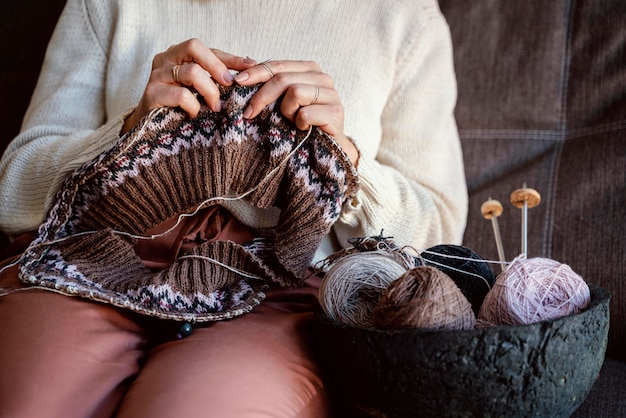 Verschillende kleuren garens en naai-accessoires in een mand
