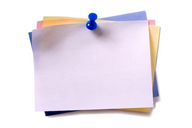 Verschillende kleuren kleverige post opmerking punaise geïsoleerde witte achtergrond