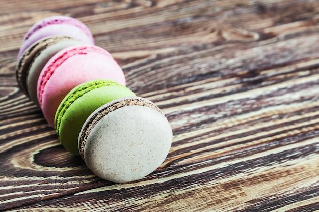 Verschillende kleuren macaron op een houten tafel