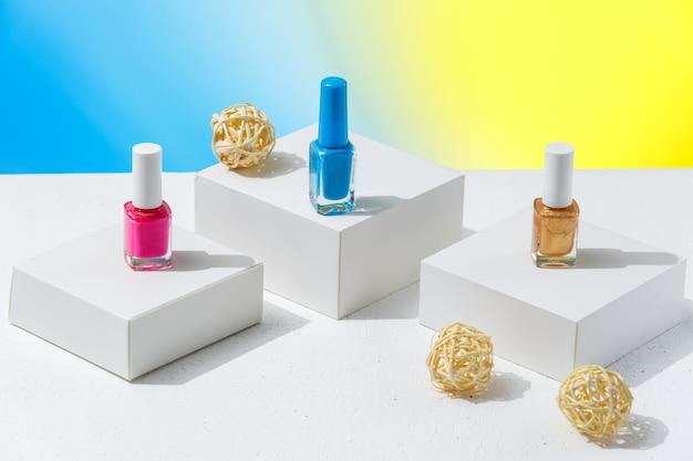 Verschillende kleuren nagellak voor de zomer ter voorbereiding op een manicure