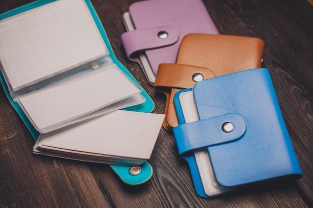 Verschillende kleuren visitekaarthouders creditcard opslag accessoires houten tafel