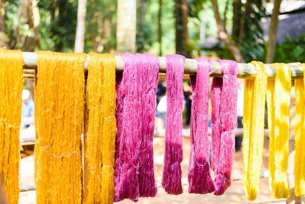 Verschillende kleuren zijde voor te bereiden voor het weven, thailand cultuur