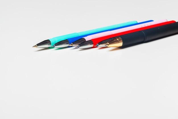 Verschillende kleurenpennen die op wit worden geïsoleerd