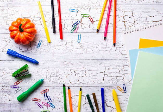 Verschillende kleurrijke kantoorbehoeften voor student