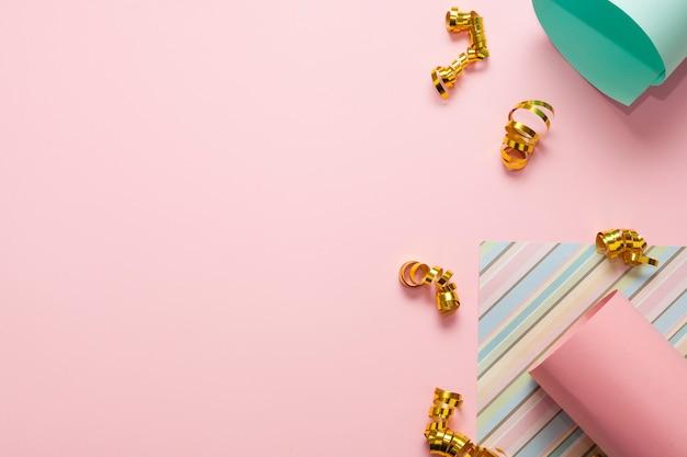 Verschillende kleurrijke papieren en gouden linten met kopie ruimte