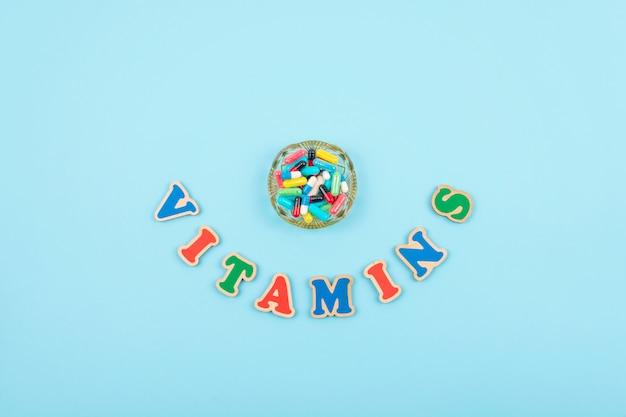 Verschillende kleurrijke pillen en capsules