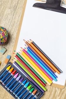Verschillende kleurrijke tekengereedschappen. bespotten