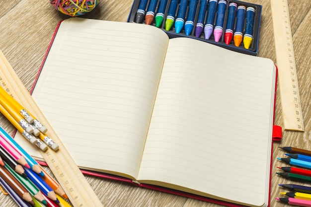 Verschillende kleurrijke tekenhulpmiddelen. bespotten