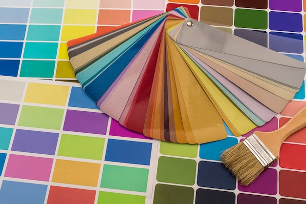 Verschillende kleurstalen met penseel close-up