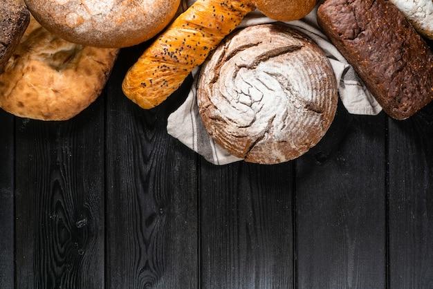 Verschillende knapperige brood en broodjes op stenen tafel. bovenaanzicht