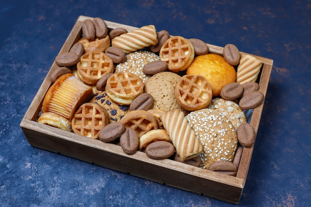 Verschillende koekjes in een houten dienblad