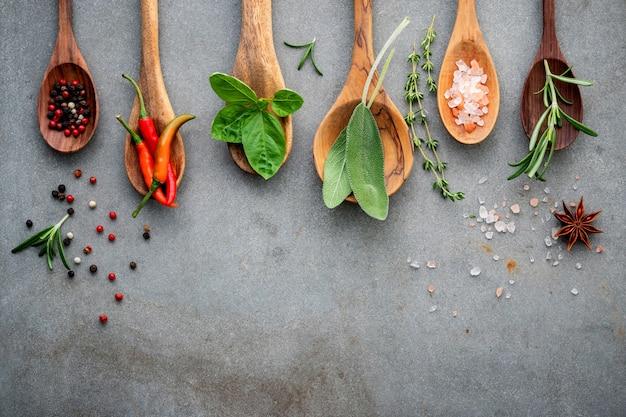 Verschillende kruiden en specerijen in houten lepels.