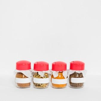 Verschillende kruiden in geëtiketteerd pottenkader