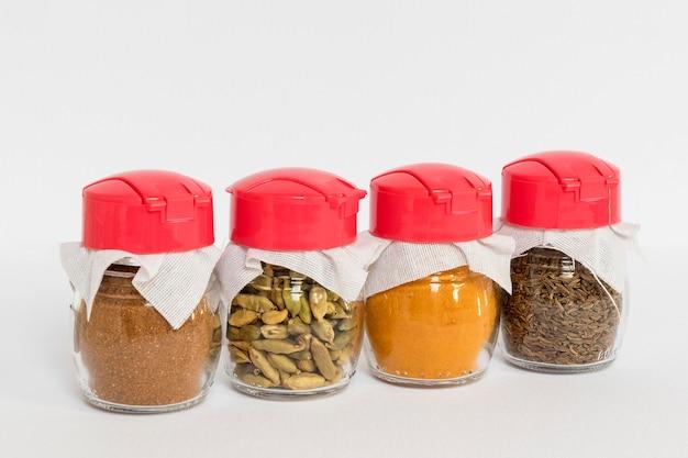 Verschillende kruiden in het assortiment van geëtiketteerde potten