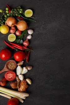 Verschillende kruiden, specerijen en ingrediënten op donker. bovenaanzicht
