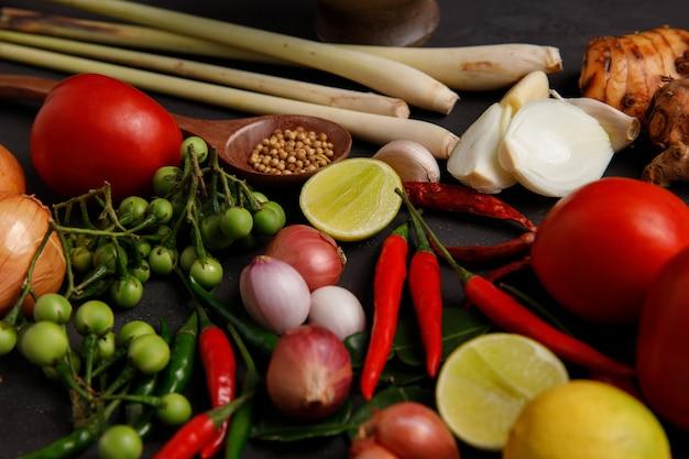 Verschillende kruiden, specerijen en ingrediënten op donker.