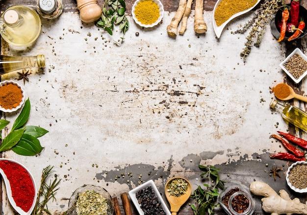 Verschillende kruiden, specerijen en wortels uitzicht vanaf boven op rustieke tafel. bovenaanzicht