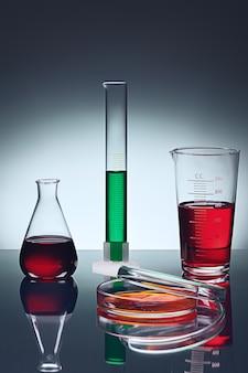 Verschillende laboratoriumglaswerk op tafel met reflectie