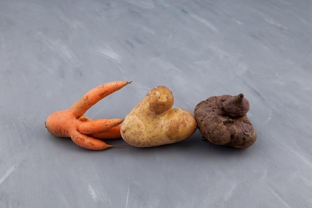 Verschillende lelijke groenten. vermindering van organisch voedselafval. Premium Foto