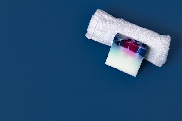Verschillende lichaamsverzorgingsartikelen op blauwe kleur.