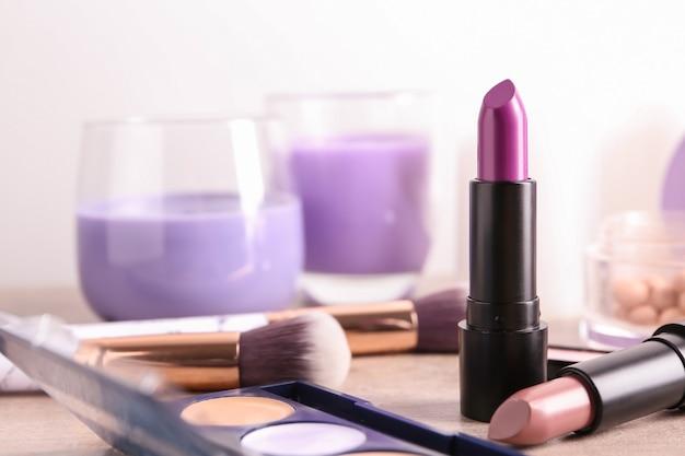 Verschillende lippenstiften en andere cosmetica op tafel