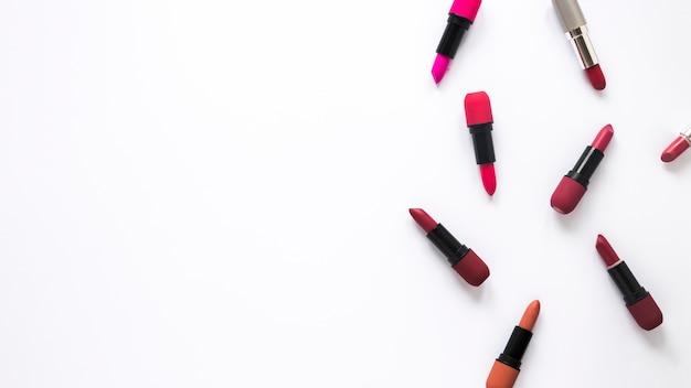 Verschillende lippenstiften verspreid op tafel