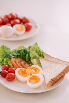 Verschillende manieren om kippeneieren te koken. ontbijt met eieren.