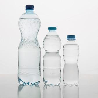 Verschillende maten flessen gevuld met water vooraanzicht
